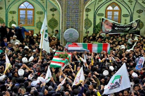 イラク中部ナジャフでイランのソレイマニ司令官のひつぎを取り囲み追悼する人々(4日)=AP