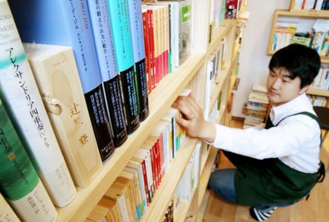 作家による選書が並ぶ「双子のライオン堂」の書棚(東京都港区)