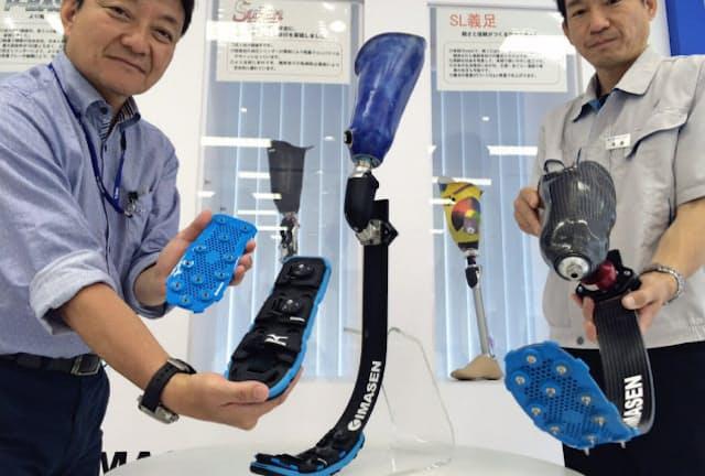 今仙技術研究所の後藤氏(右)とミズノの宮田美文氏(左)が開発した義足用スパイクは、足部分に装着して使用する