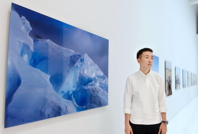 写真展「この星の光の地図を写す」の作品について語る写真家の石川直樹(東京都新宿区)