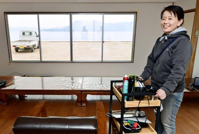 宮永愛子の作品「ヘアサロン壽」では会期中、実際に美容師が髪を切ってくれる(高松市)