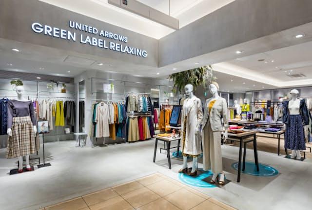 ビジネスの場でも使いやすい衣料品を多くそろえる(東京都新宿区の店舗)