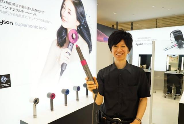 ダイソンの新井太雅さんは店頭商品を使って来店客の要望や悩み解決に応える