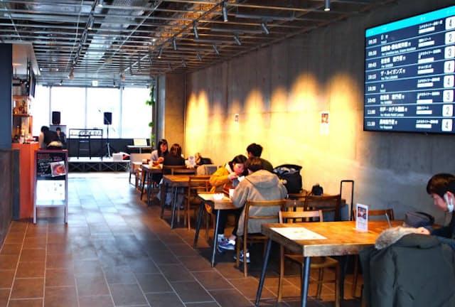 HEARTSバスステーション博多2階のカフェで出発前のひとときを過ごす若者たち(福岡市)