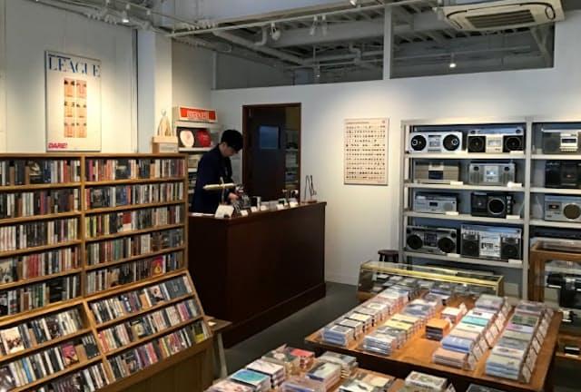新旧6000本のテープがそろう(東京・中目黒の「Waltz」)