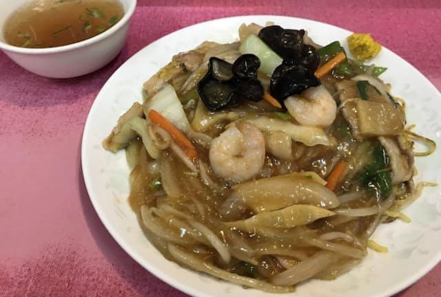 「中華食堂 桂苑」は具材の量が多く、箸でかき分けないと焼きそばにたどり着けない