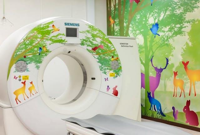名古屋大病院ではCT検査室を森と動物をテーマに装飾している(名古屋市)=同院提供