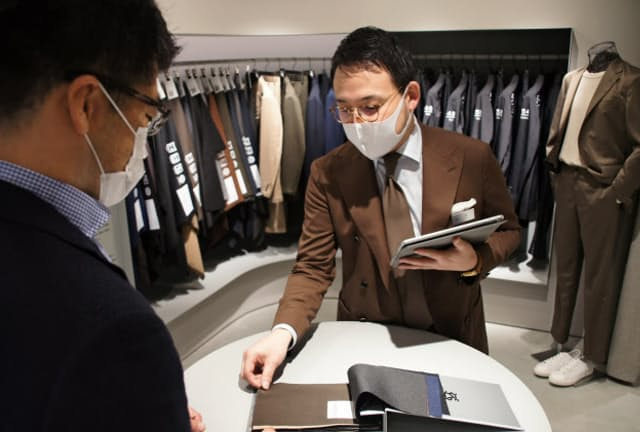 簡潔で分かりやすい接客で顧客の商品選びをサポートする(東京都中央区のKASHIYAMA銀座6丁目店)