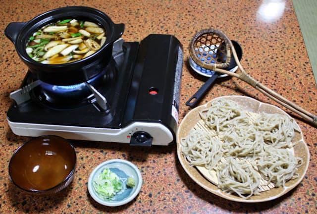 「福伝」のつゆはしょうゆベースで、鳥肉やキノコ、山菜などが豊富