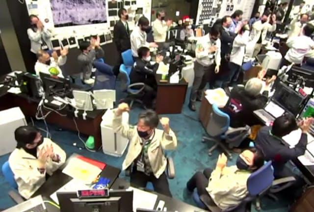 「はやぶさ2」のカプセル分離が成功し、管制室で喜ぶスタッフら