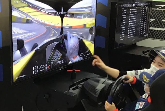 体験型テーマパーク「カンドゥー」にある運転シミュレーターで試乗体験できる(千葉市)