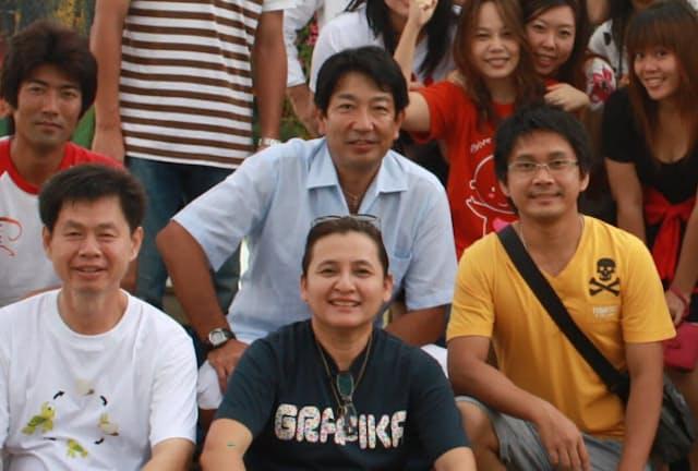 タイで全事業部を見る経験を積んだ(中央上、2010年の現地スタッフとの社員旅行)