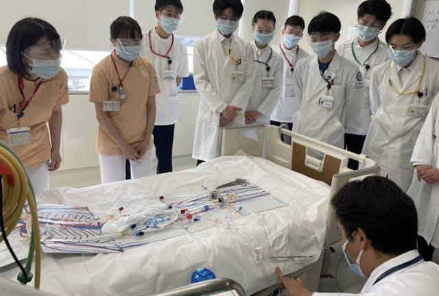 昭和大は感染症などのチーム医療教育を強化している(昨年度の実習風景、東京都品川区の旗の台キャンパス)
