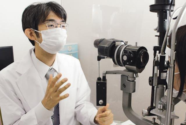 涙や目の表面の状態を検査する二本松眼科病院の平松医師(東京都江戸川区)