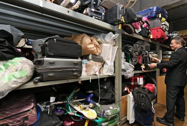 警視庁遺失物センターにはスーツケースやスケートボードなどの落とし物も届く(東京都文京区)
