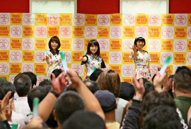 アルバム「ティー・フォー・スリー」の発売記念イベントでパフォーマンスをするNegicco。左からKaede(かえで)、リーダーのNao☆(なお)、Megu(めぐ)。