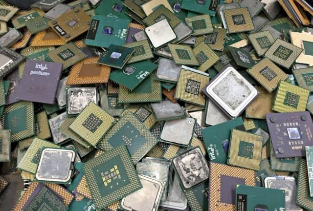 小型廃家電から出るICチップなどには金などの貴金属が使用されている