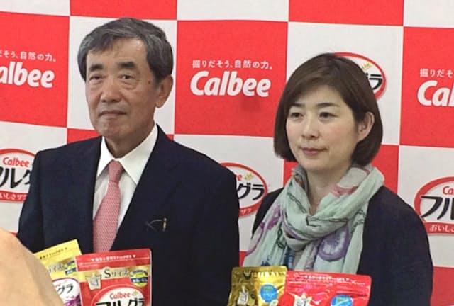 松本晃氏(左)は、カルビーの会長兼最高経営責任者(CEO)として社員にも自分にも成果を求めた(2016年)