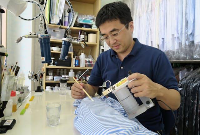 (よこくら・やすゆき)茨城県出身、43歳。商社勤務を経て、22歳の時に家業を継ぐため実家に戻る。しみ抜きの専門家・石塚保博氏に弟子入りし、28歳で3代目店主に。2013年に京技術修染会で初の特別講師に認定される。