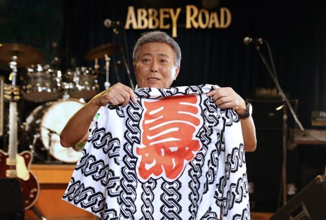 来日したビートルズが着ていたあの有名な法被のレプリカも所有。「もったいなくてさ、まだ一度もそでを通していないのよ」(東京・六本木のライブハウス「アビーロード」)
