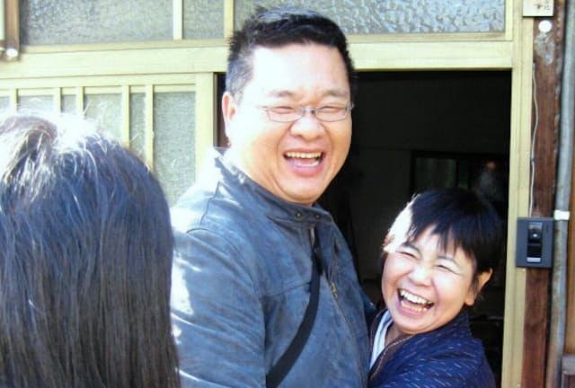 ゲストの呂明憲さんとハグしながら別れを惜しむ大野寿恵子さん(右)(名古屋市)