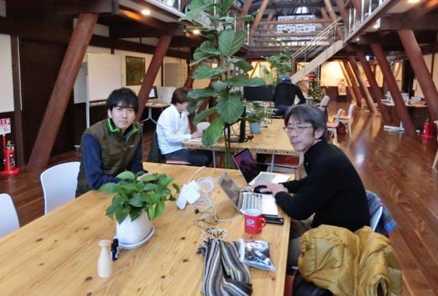 長野県富士見町のコワーキングスペース「森のオフィス」。運営責任者の津田賀央さん(写真左)と利用者の原田幾さん(写真右)