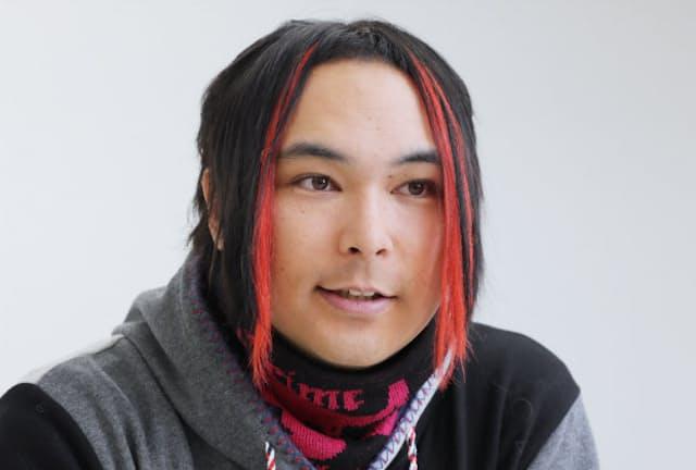 みゅうじ 1981年、ハワイ生まれ。バンド「トライポリズム」のボーカルとして活動中。今年1月から渋谷クロスFMのラジオ番組「ROCK WAVE」を開始、パーソナリティーを担当している。