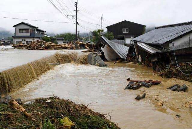 川からあふれた水が流れ込み壊れた住宅=6日午前10時48分、福岡県朝倉市