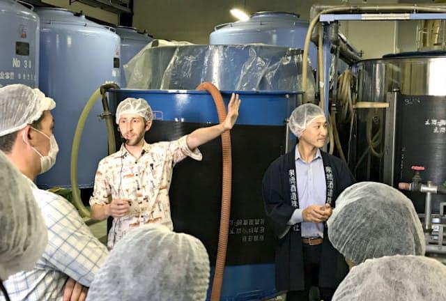 訪日客に酒蔵の魅力を伝えるガイドの研修会を開く例も(神奈川県海老名市の泉橋酒造)