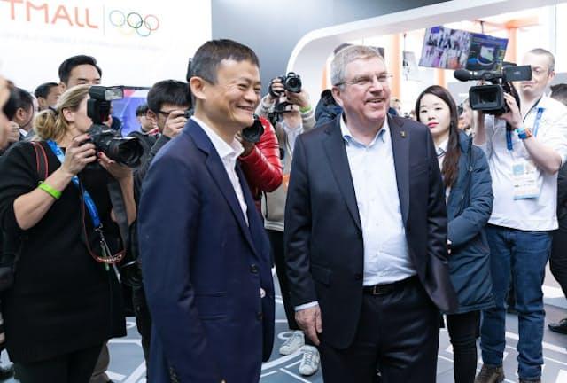アリババの馬会長(左)はオリンピックパークのパビリオンにIOCのバッハ会長を迎えた(2月10日、江陵市)