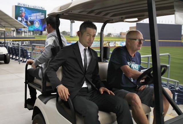 米大リーグ、マリナーズの入団記者会見を終え、カートに乗って引き揚げるイチロー(2018年3月7日、ピオリア)=共同