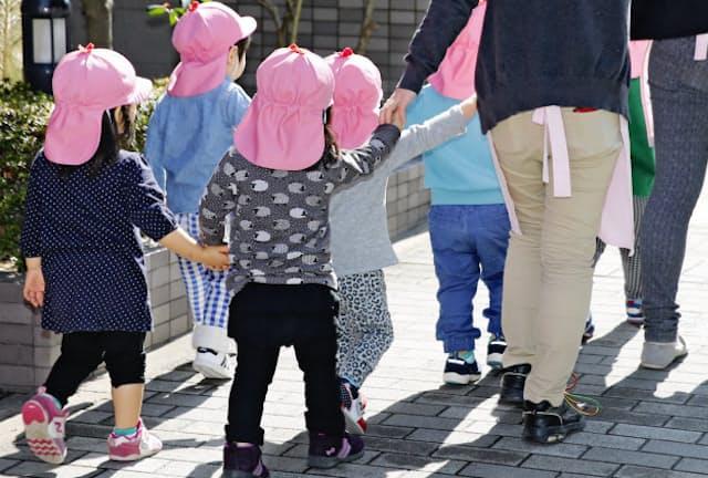 保育園や習い事にも子どもが殺到している(都内で散歩する保育園児)