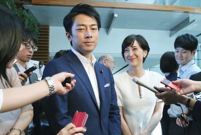 安倍首相に結婚を報告する小泉進次郎氏(左)と滝川クリステルさん。ノータイスタイルがキマっている