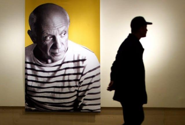 2001年、中国の美術館で展示されたパブロ・ピカソの肖像。トレードマークのバスクシャツを着ている=ロイター