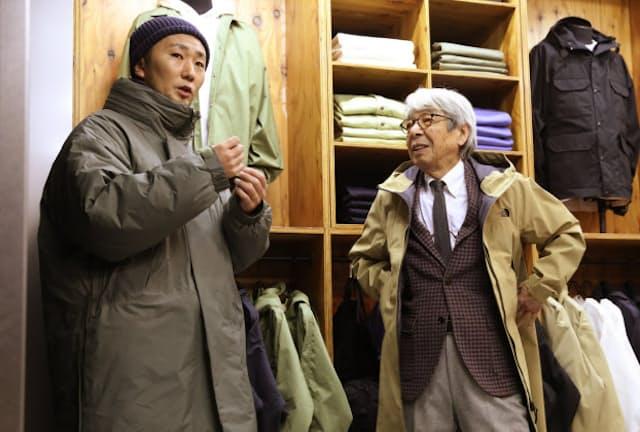 日本で企画したザ・ノース・フェイスの商品がブーム。ラインアップ多彩な「ザ・ノース・フェイス スタンダード」で語り合う高梨亮さん(左)と石津祥介さん(東京都渋谷区)
