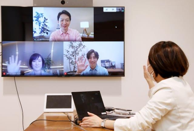 テレビ会議では明るい色味のシャツが映える(東京都港区のユニクロ東京本部)=一部画像処理しています