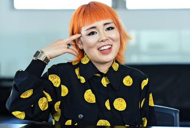 インタビュー前日に初めて髪をオレンジ色に染めたという藤原史織(元ブルゾンちえみ)さん