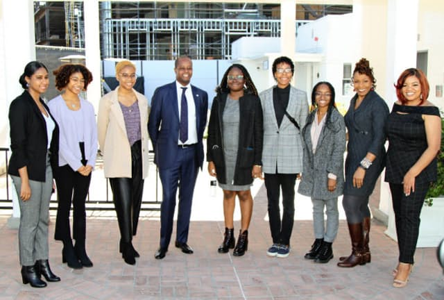 アマゾン・スタジオのプログラムに参加したハワード大学学生と学長