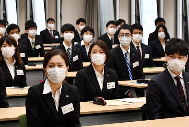 マスク姿で入社式に臨んだ新入社員(4月1日、大日本住友製薬)