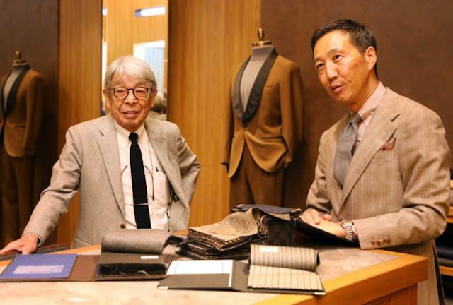 「いい店は優秀なスタッフとの会話があってこそ。鴨志田さんがいつも店頭にいたら通いますもん」と話す石津祥介さん(左)と鴨志田康人さん(東京都港区のポール・スチュアート青山本店)