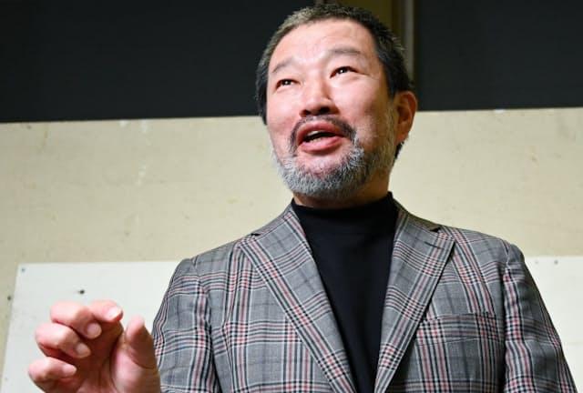 家で働く金加工の職人の父の姿を見て育った=佐藤圭一郎撮影