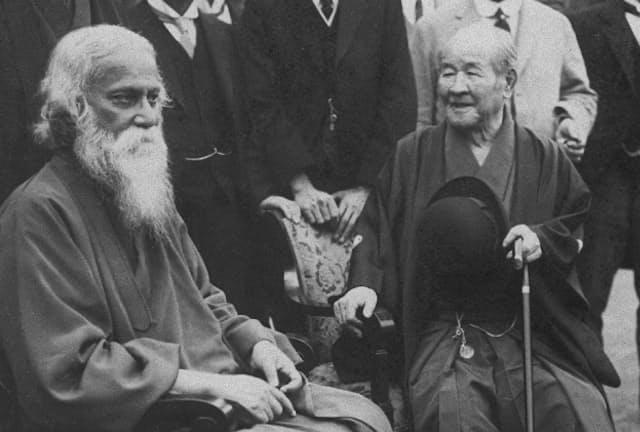 インドの賓客を迎える渋沢栄一(右)。羽織はかま姿で、手には山高帽を持っている(1929年)=日本電報通信社