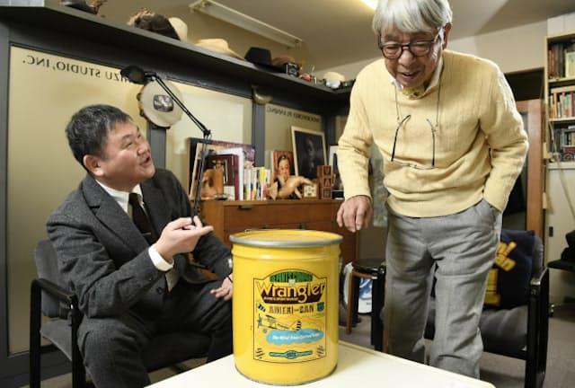 「これがあのアメリ缶。バンダナやジーパンが入った懸賞商品で話題でした」と話す石津祥介さん(右)といであつしさん