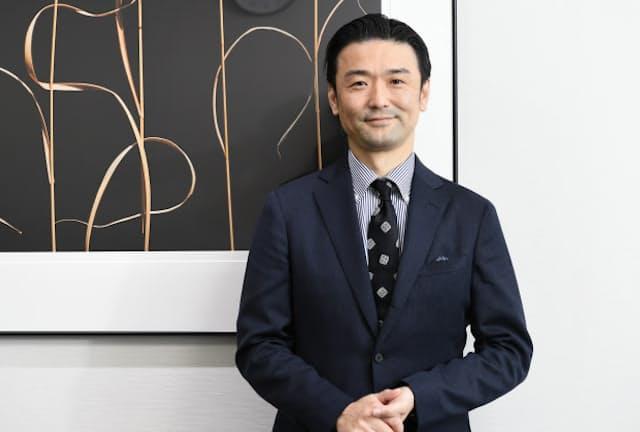 「立体的なスーツは年配の体形の崩れも隠してくれる。いろんなシーンにスーツを取り入れてほしいです」と話すAOKIホールディングス社長の青木彰宏さん(横浜市の本社)