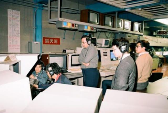 大学院ではハレー彗星探査機「さきがけ」の開発に取り組んだ(右から2番目が川口氏)
