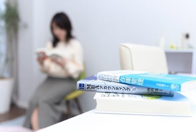 きょう読む本だけが目に入るように整理する=丹野 雄二撮影