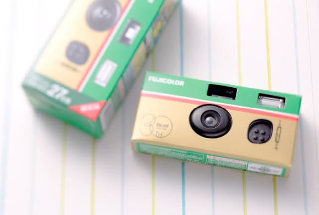 富士フイルムが発売した「写ルンです」の30周年アニバーサリーキット。同社によると「想定を上回るペースで販売が進んでいる」という
