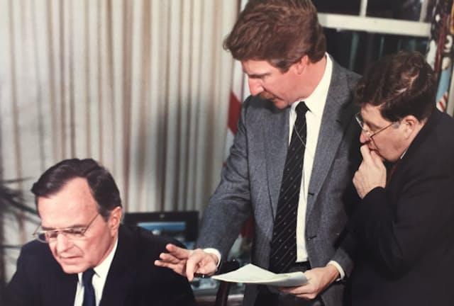 デビッド・デマレスト氏(中央)はブッシュ陣営の選挙対策広報部長として1988年、92年の大統領選にかかわった