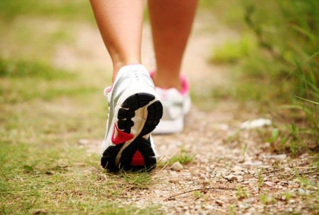 速歩きの時に心がけたいのは、大股で歩くこと。「それさえ意識すれば背筋も伸びますし、自然と腕が振れ、膝も伸びたよいスタイルになります」(青柳さん)(c)Sergejs Rahunoks -123rf