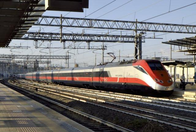 ローマ・ティブルティーナ駅に到着した「フレッチャ・ロッサ」